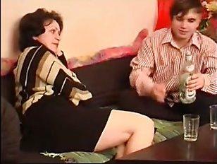 Смотреть русское порно видео: зрелая женщина ебётся с сыном
