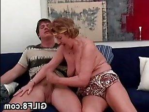 Отличный инцест с бабушкой и внуком дома на диване