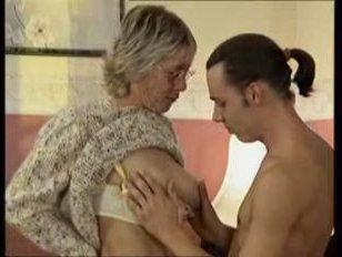 Порно ролики: бабушка и внук отлично потрахались в гостиной