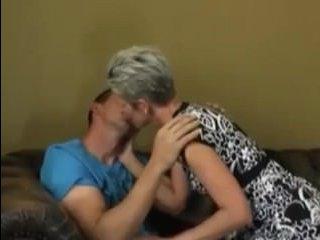 Секс-порно: бабушка и внук трахаются на удобном диване
