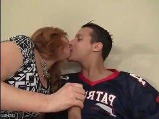 Секс видео: мамы и сыновья трахаются на диване