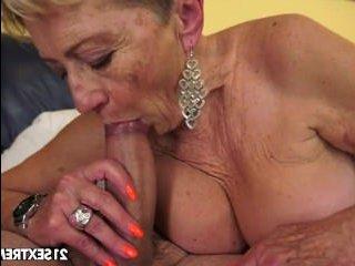 Страстное домашнее порно сексуальной старой бабушки