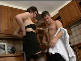 Мама соблазнила друга сына на кухне и отсосала член