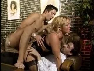 Порочный отец и сын трахают маму на диване в гостиной