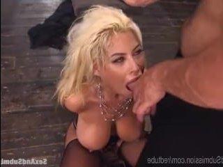 Развратный мужчина ебет между больших сисек блондинку