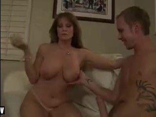 Зять трахает мамочку своей телки, сексуально навязавшей ему себя