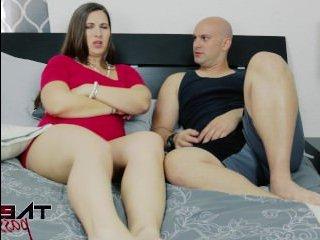 Зрелая баба трахается с молодым парнем на кровати