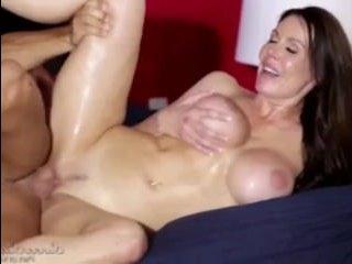 Зрелая брюнетка с большой грудью отдается пасынку