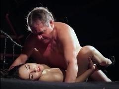 Отец трахает красивую дочь и кончает ей в ротик